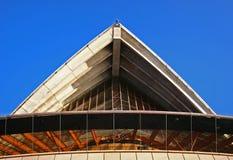 Toit concret lancé et dépassé avec les poutres exposées sur en dehors de Sydney Opera House, Australie photographie stock
