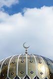 Toit d'or de la mosquée dans un jour ensoleillé contre des nuages Images libres de droits