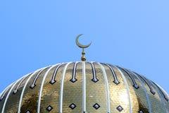 Toit d'or de la mosquée dans un jour ensoleillé contre le ciel bleu Photographie stock