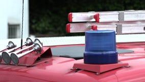 Toit d'un camion de pompiers avec une lumi?re clignotante bleue banque de vidéos