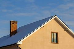 Toit d'une nouvelle maison construite avec la fenêtre et la cheminée intéressantes Photographie stock