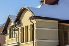 Toit d'une nouvelle maison construite avec la fenêtre et la cheminée intéressantes Image libre de droits
