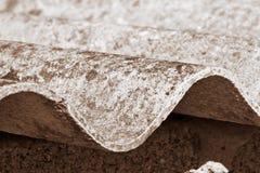 Toit dangereux d'amiante - un des matériaux les plus dangereux dans l'industrie du bâtiment photos stock