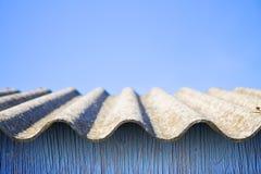 Toit dangereux d'amiante - un des mat?riaux les plus dangereux dans les b?timents photo stock