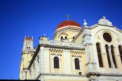 Toit de cathédrale de St Minas dans Iraklion avec le ciel bleu Crète, Grèce photographie stock