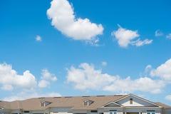 Toit de Chambre sur le fond ensoleillé bleu de ciel Architecture et structure Concept de construction Louez un appartement r?adre photos stock