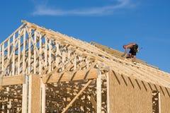 Toit de construction de charpentier Images stock