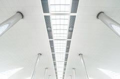 Metal les colonnes et le plafond en verre moderne à l'aéroport. Photo libre de droits