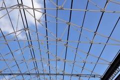 Toit de fer de structure avec le ciel bleu. Photos stock