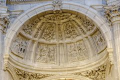 Toit de l'abside de l'église de San Juan avec les gravures en pierre non peintes détaillées photos libres de droits