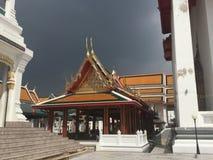 Toit de l'entrée de pilier au temple de Kanlayanamit à Bangkok Thaïlande Photo libre de droits