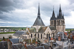 Toit de la cathédrale St Louis dans Blois Image stock