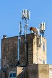 Toit de la construction industrielle avec des antennes de GSM Photos libres de droits