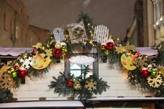 Toit de la maison sur la rue, décoré des jouets a de Noël photographie stock libre de droits