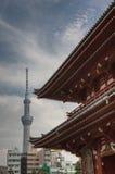 Toit de porte de Hozomon au temple de Senso-JI avec la tour de Skytree Photos libres de droits