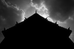 Toit de silhouette thaïlandaise de temple Photographie stock libre de droits