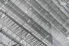 Toit de structure métallique de l'immeuble de bureaux Façade en verre su de Windows image stock