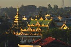 Toit de temple bouddhiste, Myanmar Photos stock