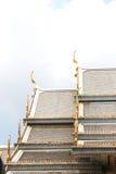 Toit de temple, Wat Sothorn Wararam Worawihan, province de Chachoengsao, Thaïlande Photos stock