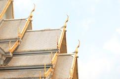 Toit de temple, Wat Sothorn Wararam Worawihan, province de Chachoengsao, Thaïlande Photographie stock