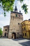 Toit de tour d'horloge et chemnee typiques de forteresse de Sighisoara, T Image stock