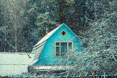 Toit de vieille hutte dans la forêt photographie stock libre de droits