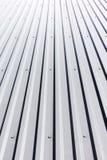 Toit en acier ondulé avec des rivets sur le bâtiment industriel Photographie stock libre de droits
