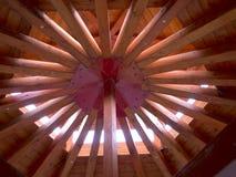 Toit en bois avec les faisceaux radiaux Photographie stock