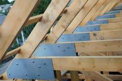 Toit en construction et en bois de nouvelle maison actuellement Image libre de droits
