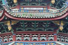 Toit et avant-toit décoratifs dans le temple de bouddhisme, Chine Image stock