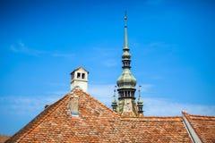 Toit et chemnee typiques de tour d'horloge de Sighisoara Photo libre de droits