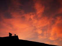 Toit et coucher du soleil Image stock