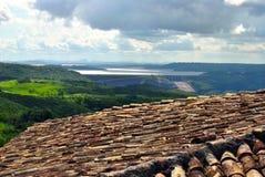 Toit et lac avec le barrage photographie stock libre de droits