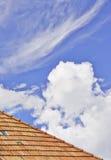 Toit et nuages Photos stock