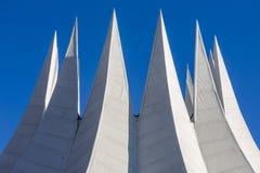 Toit futuriste blanc avec des transitoires photographie stock libre de droits
