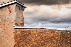 Toit galvanisé d'immeuble de brique et de ciel avec des nuages photographie stock libre de droits
