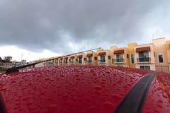 Toit humide de voiture après orage lourd image stock