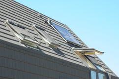 Toit moderne de Chambre avec le chauffe-eau solaire, les panneaux solaires et les lucarnes Chambre de grenier avec les panneaux s Image stock