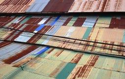 Toit ondulé rouillé coloré de zinc Image stock