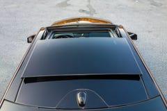 Toit ouvrant automobile de xxl de berline luxueuse allemande, intérieurs ornements rouge/brun et passés au bichromate de potasse  Photos stock