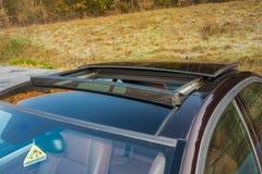 Toit ouvrant automobile de xxl de berline luxueuse allemande, intérieurs ornements rouge/brun et passés au bichromate de potasse  Image stock