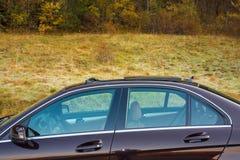 Toit ouvrant automobile de xxl de berline luxueuse allemande, intérieurs ornements rouge/brun et passés au bichromate de potasse  Image libre de droits