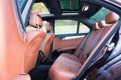 Toit ouvrant automobile de xxl de berline luxueuse allemande, intérieurs ornements rouge/brun et passés au bichromate de potasse  Images stock