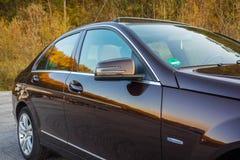 Toit ouvrant automobile de xxl de berline luxueuse allemande, intérieurs ornements rouge/brun et passés au bichromate de potasse  Images libres de droits
