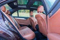 Toit ouvrant automobile de xxl de berline luxueuse allemande, intérieurs ornements rouge/brun et passés au bichromate de potasse  Photos libres de droits