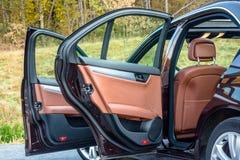 Toit ouvrant automobile de xxl de berline luxueuse allemande, intérieurs ornements rouge/brun et passés au bichromate de potasse  Photo stock
