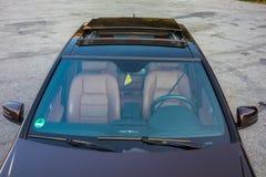 Toit ouvrant automobile de xxl de berline luxueuse allemande, intérieurs ornements rouge/brun et passés au bichromate de potasse  Photographie stock libre de droits