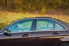 Toit ouvrant automobile de xxl de berline luxueuse allemande, intérieurs ornements rouge/brun et passés au bichromate de potasse  Photo libre de droits