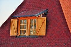 Toit rouge avec la fenêtre Image stock