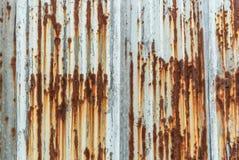 Toit rouillé de fer ondulé Photos stock